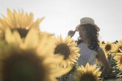 Mädchen am Sonnenblumenfeld Lizenzfreies Stockfoto