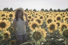 Mädchen am Sonnenblumenfeld Lizenzfreies Stockbild