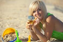 Mädchen am sonnigen Strand Lizenzfreie Stockfotos