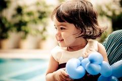 Mädchen-SpielBallon lizenzfreie stockbilder