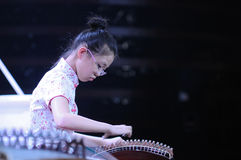 Mädchen spielen das Guzheng Stockfoto