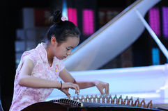 Mädchen spielen das Guzheng Lizenzfreie Stockfotos