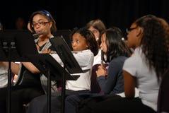 Mädchen spielen die Flöten Stockbild