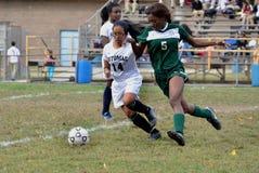 3 Mädchen spielen in einem Fußballspiel stockbild