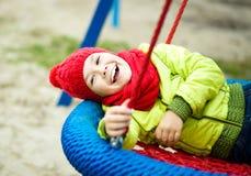 Mädchen spielt auf Spielplatz Stockbild