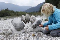 Mädchen spielt in der Natur Lizenzfreies Stockbild