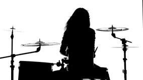 Mädchen spielt kräftig die Trommeln, ihren Stab Weißer Hintergrund Schattenbild stock footage