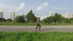 Mädchen spielt Sport auf der Straße stock video
