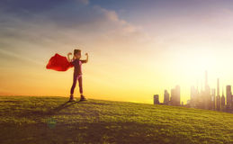 Mädchen spielt Superhelden Lizenzfreie Stockbilder