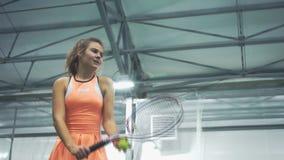 Mädchen spielt Tennis nahaufnahme stock video