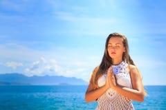 Mädchen in Spitze geschlossenen Augen in Yoga asana auf Knien berühren Hände Lizenzfreie Stockbilder