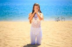 Mädchen in Spitze geschlossenen Augen in Yoga asana auf Knien berühren Hände Lizenzfreies Stockfoto