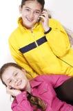 Mädchen sprechen durch Telefon. stockfotos