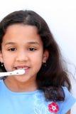 Mädchen-sprechenauftragende Zähne lizenzfreie stockfotos