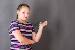 Mädchen spricht über der Aufgabe und gestikuliert mit der Hand lizenzfreie stockfotos