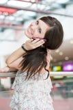 Mädchen spricht durch Telefon Lizenzfreie Stockfotos