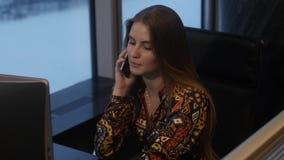 Mädchen spricht am Telefon stock video footage