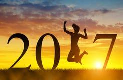 Mädchen springen oben zur Feier des neuen Jahres 2017 Lizenzfreie Stockbilder