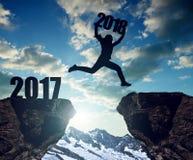 Mädchen springen zum neuen Jahr 2018 Lizenzfreies Stockfoto