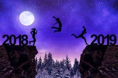 Mädchen springen zum neuen Jahr 2019 in der Nacht Lizenzfreie Stockbilder