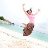 Mädchen springt herauf Höhe in der Luft Lizenzfreie Stockfotos