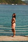 Mädchen steht auf der Brücke über dem Meer, Similan-Inseln, Thailand lizenzfreies stockbild