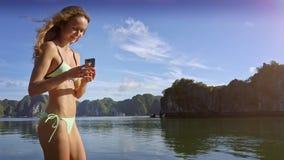 Mädchen steht auf Segelboot-Foto-Fischerdorf in der Bucht stock video