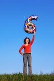 Mädchen steht und hält aufgeblähte Abbildung von sechs an Stockfotografie