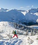 Mädchen steigen auf Skis ab Stockfoto