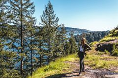 Mädchen am Steinbruch-Felsen in Nord-Vancouver BC Kanada lizenzfreies stockbild