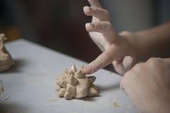 Mädchen stellen Spielzeug vom Lehm her Stockfotos