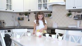 Mädchen stellt die Tabelle ein, die für den Tee sich vorbereitet stock footage