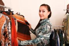 Mädchen-Stellungs-Show-Mode-Kleid lizenzfreie stockfotografie