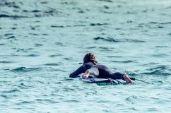 Mädchen am Strand mit ihrem bodyboard lizenzfreie stockfotografie