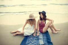 Mädchen-Strand-Sommerferien-Ferien-Zusammengehörigkeits-Konzept stockbild