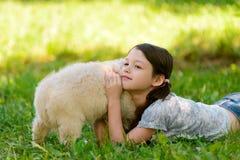 Mädchen streicht den Pelz des Hundes lizenzfreie stockbilder