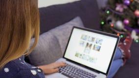 Mädchen sucht etwas Informationen im Internet stock video footage