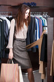 Mädchen sucht nach einem vollkommenen Kleid Lizenzfreies Stockbild
