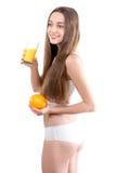 Mädchen t, das Orangensaft gegen ein wh trinkt stockfotografie