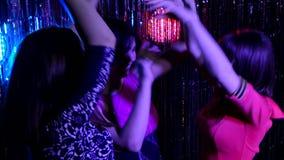 Mädchen tanzen in einen Nachtklub stock video