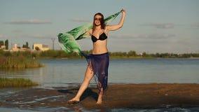 Mädchen tanzt auf Flussbank stock video