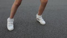 Mädchen tanzt draußen stock footage