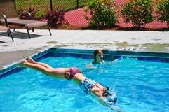 Mädchen-Tauchen in ein Pool Stockfotos