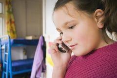 Mädchen an Telefon 03 Stockfotografie
