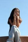Mädchen am Telefon lizenzfreie stockfotos