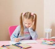 Mädchen am Tisch Lizenzfreies Stockfoto