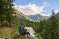 Mädchen, Tourist, auf einem Felsen Lizenzfreie Stockfotografie
