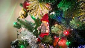 Mädchen Toy Figure auf einem Weihnachtsbaum Lizenzfreies Stockbild