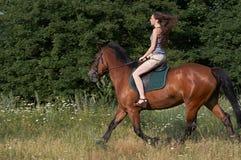 Mädchen-Trab ein Pferd Stockfoto