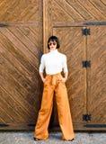 Mädchen tragen lose hohe taillierte Hosen Art- und Weisesystem Hoher taillierter Hosenmodetrend Hohe taillierte Hose Frau stockfoto